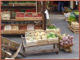 Marché de Provence, mardi matin à Gordes, Lubéron (84), étal de légumes et de fruits