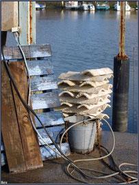 Couleurs Bassin : matériel à quai au port ostréicole de La Teste de Buch (Bassin d'Arcachon)