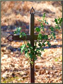 Croix surmontant l'habitacle de la fontaine Saint Clair à Mons, Belin-Beliet (Gironde)
