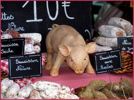 Marché de Provence, mardi matin à Vaison-la-Romaine, Haut Vaucluse (84), étal de saucissons