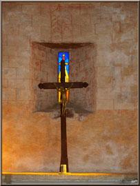 Eglise St Michel du Vieux Lugo à Lugos (Gironde) : croix sur l'autel et sa lumière divine