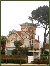 """Arcachon, """"Ville d'Eté"""", la villa """"St Christau"""" donnant à la fois sur la jetée d'Eyrac et boulevard de la Plage"""