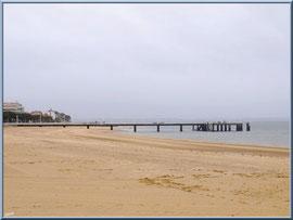 """Arcachon, """"Ville d'Eté"""", la plage et la jetée Thiers (photo prise en février)"""