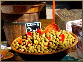 """Marché de Provence, lundi matin à Bédoin, Haut Vaucluse (84), étal d'olives à """"La Pimenta"""""""