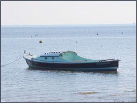 """Pinasse """"Coussibas"""" au mouillage au large de la plage de Claouey (Bassin d'Arcachon)"""