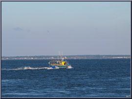 """Vedette de pêche sur le Bassin, vue depuis le front de mer de la """"Ville d'Eté"""" à Arcachon"""