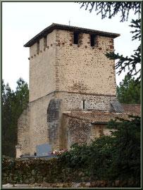 Eglise Saint Pierre de Mons à Belin-Beliet vu depuis le chemin en contrebas menant à fontaine Saint Clair (Gironde)