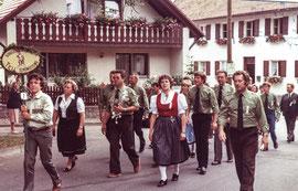 """Beim Festzug in Puch. Als """"Vereinsgwand"""" einheitliche grüne Hemden und Krawatten mit Schützen-Logo für die Herren."""
