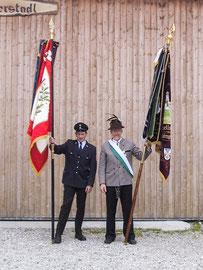 Die Fahnenträger von FFW und Tell-Schützen (Michi und Bruno Prahl) bei der Feier zum gemeinsam begangenen 110. Vereins-Jubliäum