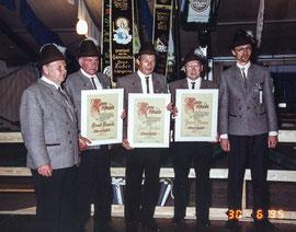 Die Ehrenmtglieder mit ihren Ernennungsurkunden: Ernst Hasch, Sepp Huber und Jacob Moser (ganz links 1. SM Eckehard Wittig, ganz rechts Sportleiter Hermann Raab)