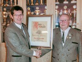 Schützenmeister Eckehard Wittig dankt nach 21 Dienstjahren ab, sein Nachfolger im Amt überreicht ihm bei seiner ersten Amtshandlung die Ernennungs-Urkunde zum Ehrenschüzenmeister.
