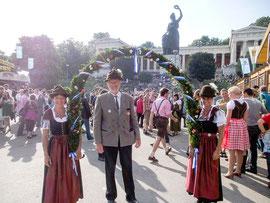 2012 marschiert Oktoberfest-Landesschützenkönig-LP Bruno Prahl in Begleitung von Gisela Wörl und Irmi Prahl beim Trachten-und Scützenzug mit