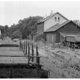 Blick auf den stillgelegten Bahnhof Kornelimünster und auf das alte Bahnhofsgebäude...