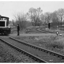 """Der Güterzug bei der Querung der Eckenerstrasse - rechts ein Anschlussgleis zum """"Camp Pirotte"""""""
