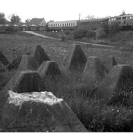 Zurück in Schmithof; ebenfalls am 21. Mai 1982. Ein Militärzug passiert die Höckerlinie