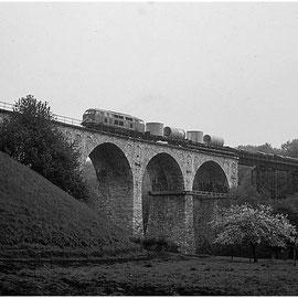 Nachdem die Gleise der Vennbahn auf der Strecke Brand - Kornelimünster 1982 zurückgebaut wurden, blieb noch die Strecke aus Richtung Stolberg - Breinig nach Walheim: Hier das Falkenbachviadukt über Schlausermühle