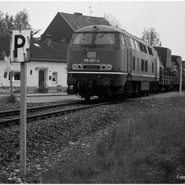 Hier werden LKW der belgischen Streitkräfte nach Raeren gefahren. Hier zu sehen ist der Bahnübergang Schmithof