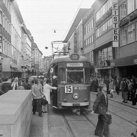 Blick die Adalbertstrasse hinunter Richtung Kugelbrunnen. Abfahrt der Linie 15 nach Vaals