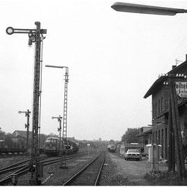 Die Mähdrescher warten auf die Weiterfahrt nach Stolberg; im Hintergrund rechts ein...