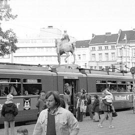 Ankunft am Kaiserplatz mit Kaiser Wilhelm-Denkmal hinter der Tram