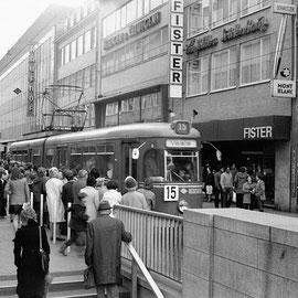 In der Adalbertstrasse herrscht an diesem denkwürdigen Tag großes Gedränge, denn die Aachener durften an diesem Tag für ommesöns fahren