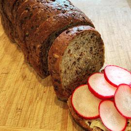 Proweightless Brot - 16 Scheiben - Serviervorschlag mit etwas Butter und Radieschen
