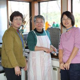 2日目、昼食の「芋煮」を岩沼センターで作ってくださる地区長さんの奥様(中央)