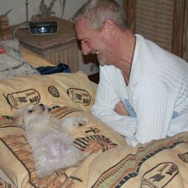 Ich verabschiede mich von Papa Werner und genieße noch das riesen Kuschelbett.