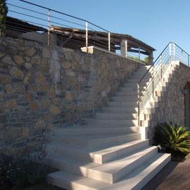 Escalier massif en pierre de Massangis.