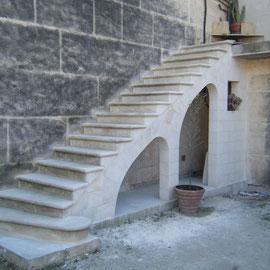 Escalier massif sur 2 arcs rampants le tout en pierre d'Estaillades.