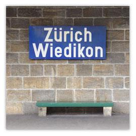"""StadtSicht 133d: Bahnhof-Wiedikon, Bahnofsschild """"Wiedikon"""""""