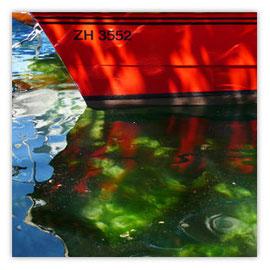 StadtSicht 142a: Wasserspiegelung eines Bootes im Zürisee