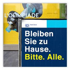 """StadtSicht 144b: Plakat """"Bleiben Sie zu Hause!"""" Sechseläutenplatz Zürich"""