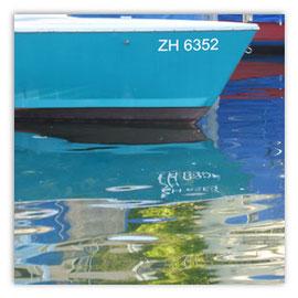 StadtSicht 141c: Wasserspiegelung eines Bootes