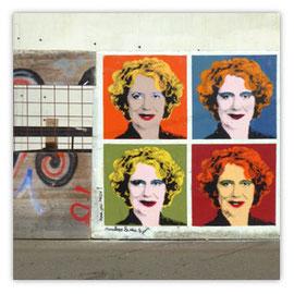 117c Stadtpräsidentin Corine Mauch. Pop Art Darstellung am Bauzaun.