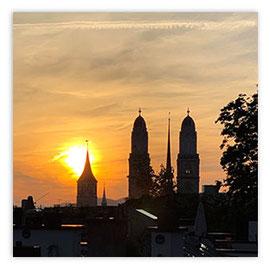 StadtSicht 150d: St. Peter und Grossmünster bei Sonnenuntergang