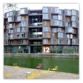 Gelbe Stühle rundes Haus 001