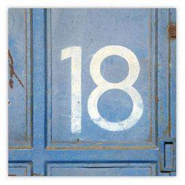 """048a Nummer auf Tür """"18"""""""