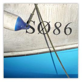 Blaue Schiffswand mit Tau 001