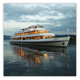 StadtSicht 139d:  Seeschiff Linth in Abenddämmerung auf dem Zürich See