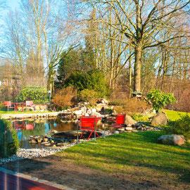 ... mit Blick in den parkähnlich angelegten Garten mit Zierteich