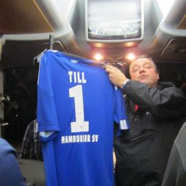 """an Till ein HSV-Trikot mit der Nr. """"1"""""""