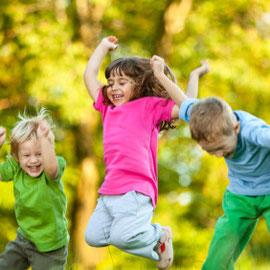 Freude, Glück und Spiel von Kindern, zufrieden Wohnen und Leben