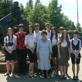 Активисты музея у памятника жертвам фашизма во время конференции МСБМУ 2013 года