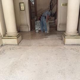 Pendant : Ponçage à l'eau de la mosaïque de marbre dans une entrée d'immeuble haussmanien à Paris