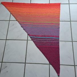 Knallbonbon / Hauptfarbe candy 4-fädig 1000m / Tuch gestrickt und fotografiert von Heike Tomec