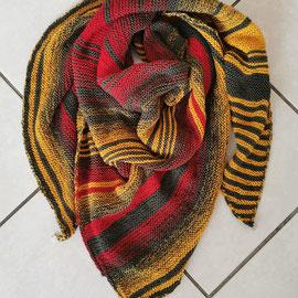 Khaki meets kurkuma & rot / Tuch gestrickt und fotografiert von Nicole Tauberschmitt