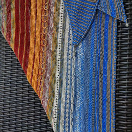 """Leuchtturm-Tuch """"Akzente Borkum"""" / Farbzusammenstellung sowie Tuch gestrickt und fotografiert von Resi Fetthauer."""