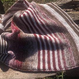 """Leuchtturm-Tuch """"Schwarzwälder Kirsch"""" / Farbzusammenstellung sowie Tuch gestrickt und fotografiert von Annegret Germer"""