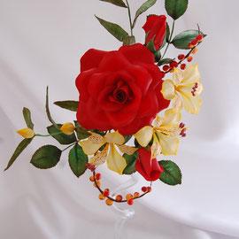 Роза, альстромерии и ягодки